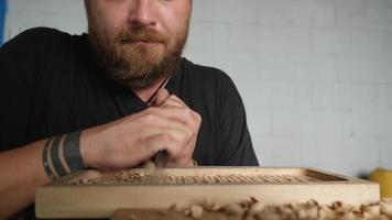 artesão faz uma bandeja de madeira video