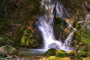 Cascada de gostilje en la montaña de Zlatibor en Serbia