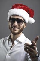 apuesto joven barbudo con un sombrero de navidad retrato foto
