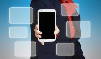 mujer con moderno teléfono móvil en manos e iconos vacíos