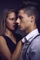 retrato de moda de pareja joven hermosa foto