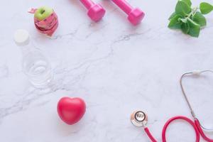 concepto de buena salud con corazón rojo y estetoscopio foto