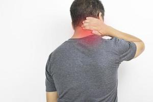 El hombre tiene dolor de cuello sobre un fondo blanco.