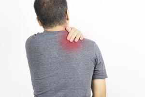 Hombre tocando dolor de hombro sobre fondo blanco. foto