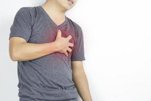 el hombre tiene dolor de corazón en camisa gris foto