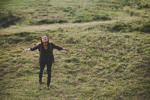 excursionista, mujer, con, mochila, posición, en, naturaleza
