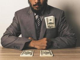 empresario con billetes de dólar foto