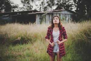 hermosa joven caminando por un campo de verano foto