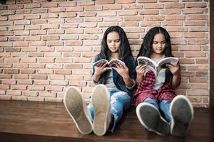 alumnas leyendo libros en la biblioteca foto