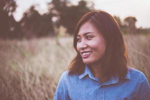 Retrato de joven bella mujer sonriente al atardecer