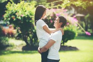 pareja joven abrazándose y relajándose juntos foto