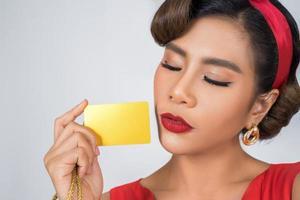 retrato de una mujer sosteniendo una tarjeta de crédito foto