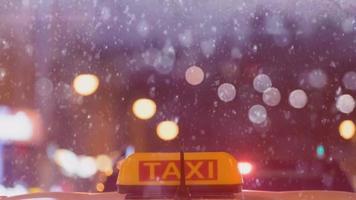Cinemagraph de uma noite com teto de táxi sob a neve