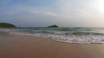 movimento lento da linha das ondas sobre o fundo de areia