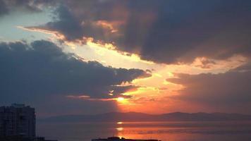 brillante puesta de sol sobre el mar con zoom