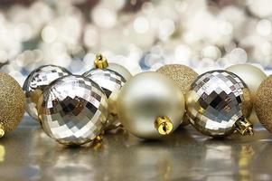 adornos navideños con adornos de oro.