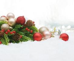 fondo de adornos navideños con nieve