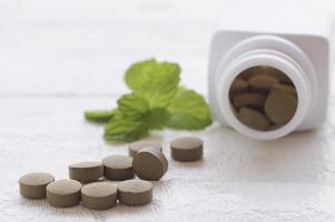 pastillas de hierbas en una mesa foto