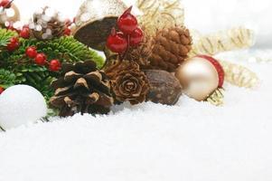 guirnalda de navidad en la nieve