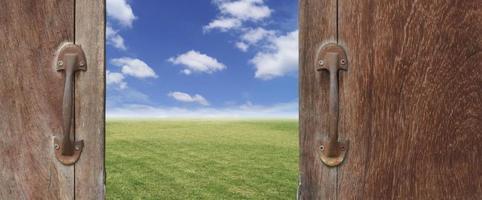 Puerta de madera vieja con fondo de cielo azul abierto