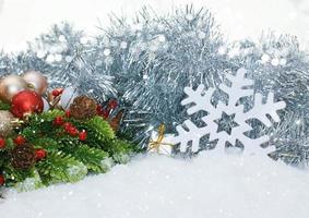adornos navideños en la nieve