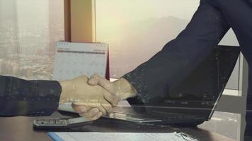 doble exposición, de, hombre de negocios, sacudarir las manos