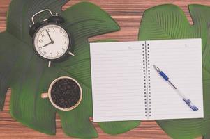 cuaderno y taza de café en el escritorio