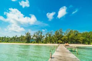 muelle de madera en la playa tropical foto