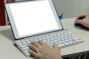 una niña usando un teclado de computadora. estudiando online en casa