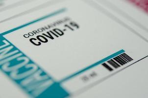 una etiqueta de vacuna contra el coronavirus para el covid-19