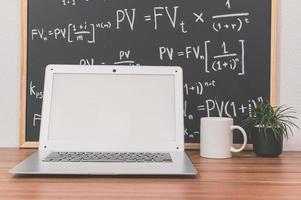 computadora portátil en el escritorio