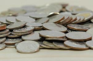monedas de dinero tailandés juntaron fondo. foto