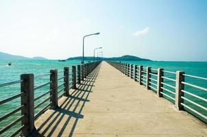 un puente hacia el mar en phuket