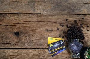 tarjetas de crédito y granos de café en la mesa foto