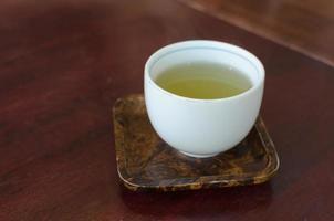 té verde en una taza blanca