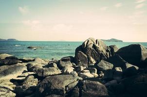 rocas, mar y cielo azul en phuket, tailandia