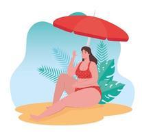 Linda mujer en traje de baño sentada en la playa, temporada de vacaciones de verano