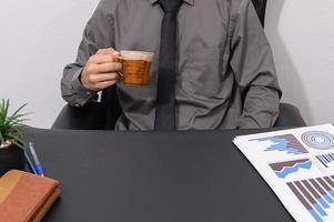 hombre de negocios tomando café en su escritorio foto