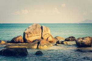 rocas en el mar en phuket, tailandia.