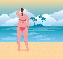 Linda mujer en traje de baño en la playa, temporada de vacaciones de verano