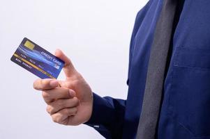 empresario sosteniendo una tarjeta de crédito