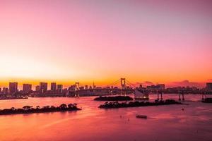 paisaje urbano de la ciudad de tokio con el puente arcoiris