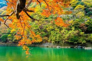 Hermoso río Arashiyama en Kioto, Japón foto