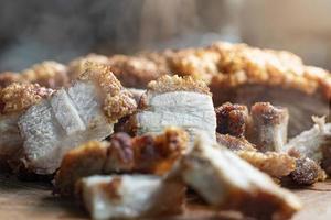 Close-up de lonjas de panceta de cerdo frito sobre mesa de madera foto