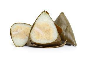 Ba jang o bola de masa de arroz pegajoso envuelto en hojas de plátano sobre fondo blanco.