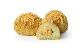 Plátano frito, o khao mao tod, sobre fondo blanco.