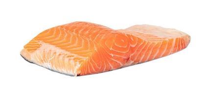Filete de salmón sobre fondo blanco.