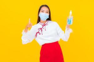 hermosa joven asiática con máscara foto
