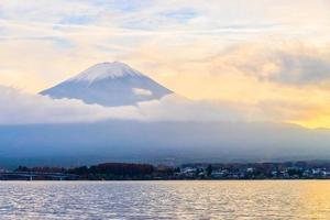 montaña fuji en japón al amanecer