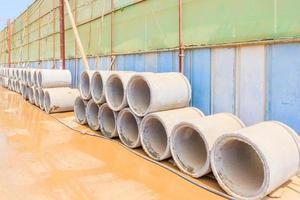 Vista de tubos de drenaje de hormigón con fondo de obra foto